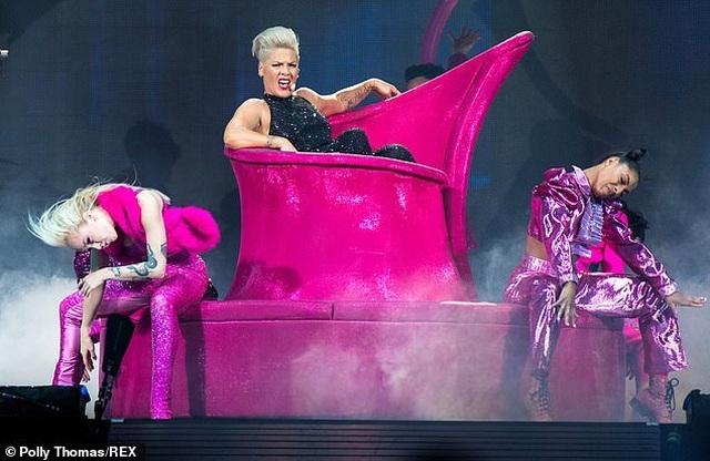 Pink gây choáng khi treo mình trên đèn chùm trình diễn - 13