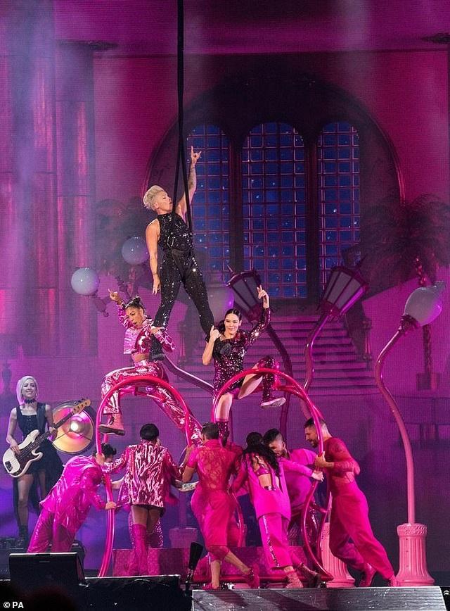 Pink gây choáng khi treo mình trên đèn chùm trình diễn - 5