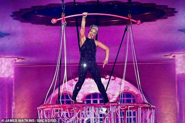 Pink gây choáng khi treo mình trên đèn chùm trình diễn - 4
