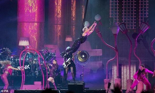 Pink gây choáng khi treo mình trên đèn chùm trình diễn - 10