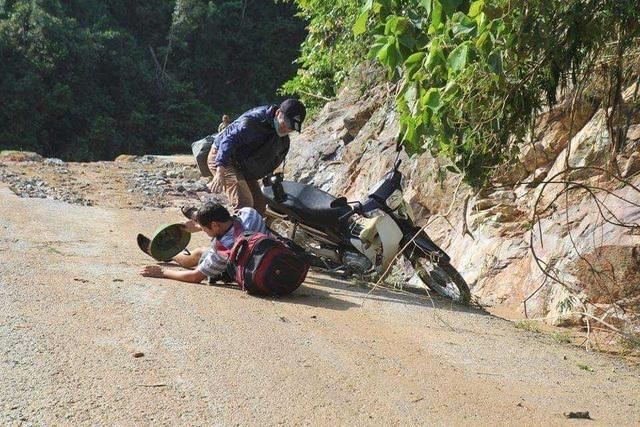 Cái khó ló cái khôn, phóng viên chụp ảnh bằng... lưỡi, vượt bùn bằng thùng các tông - 5