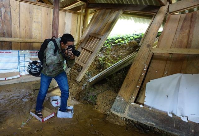 Cái khó ló cái khôn, phóng viên chụp ảnh bằng... lưỡi, vượt bùn bằng thùng các tông - 3