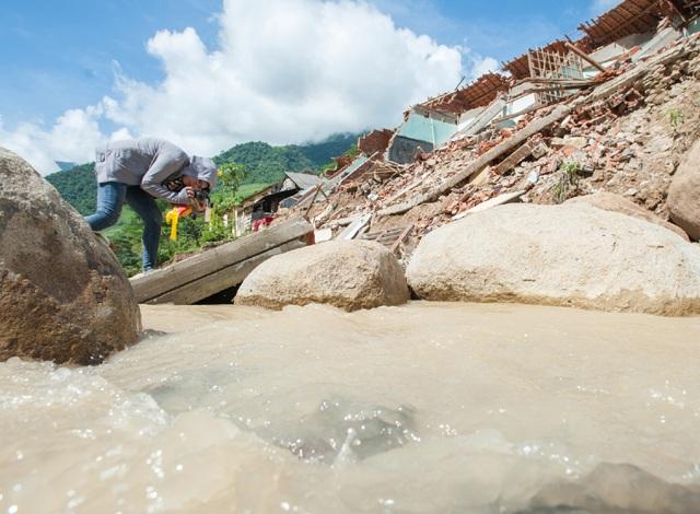 Cái khó ló cái khôn, phóng viên chụp ảnh bằng... lưỡi, vượt bùn bằng thùng các tông - 4