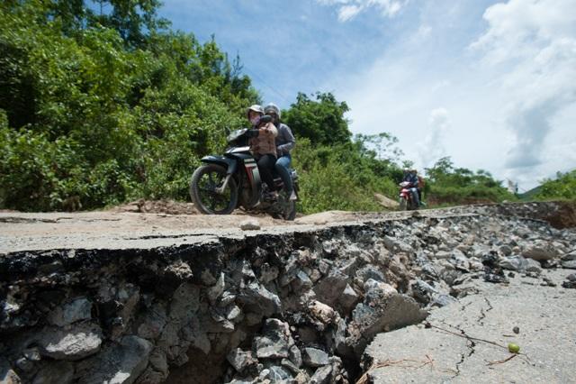 Cái khó ló cái khôn, phóng viên chụp ảnh bằng... lưỡi, vượt bùn bằng thùng các tông - 2