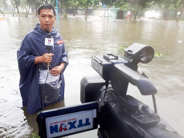 Cái khó ló cái khôn, phóng viên chụp ảnh bằng... lưỡi, vượt bùn bằng thùng các tông - 7