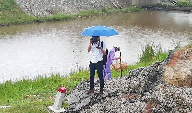 Cái khó ló cái khôn, phóng viên chụp ảnh bằng... lưỡi, vượt bùn bằng thùng các tông - 8