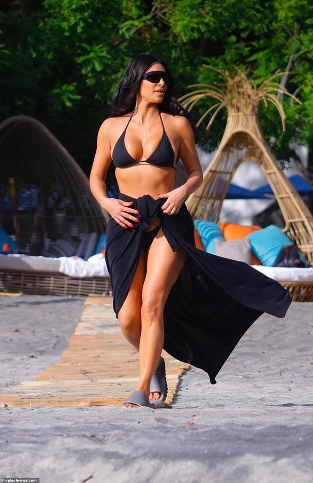 Kim Kardashian bốc lửa với bikini xanh - 9