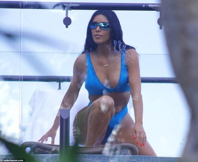 Kim Kardashian bốc lửa với bikini xanh - 5