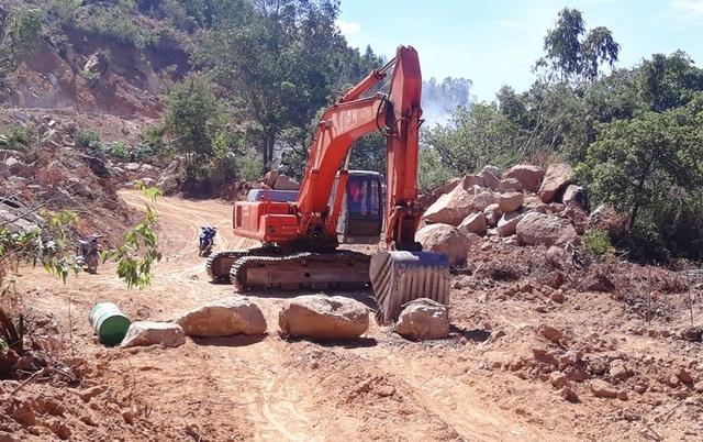 Ồ ạt bạt núi, móc ruột tài nguyên tại Bình Định: Chính quyền ở đâu? - 7