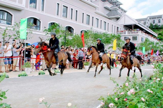 Hàng ngàn du khách đổ về Sa Pa tham dự lễ hội đua ngựa Vó ngựa trên mây - 4