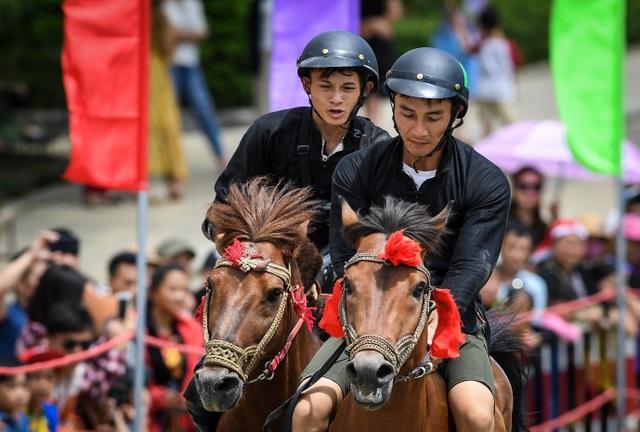 Hàng ngàn du khách đổ về Sa Pa tham dự lễ hội đua ngựa Vó ngựa trên mây - 6