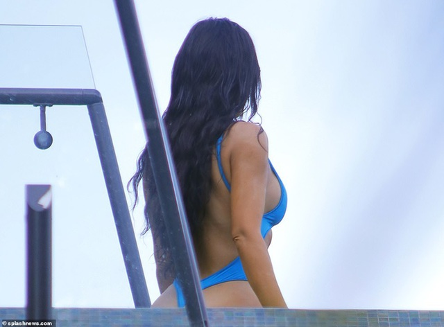 Kim Kardashian bốc lửa với bikini xanh - 6