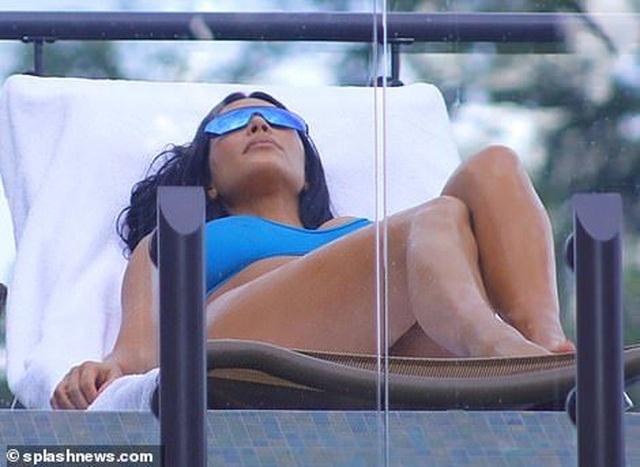 Kim Kardashian bốc lửa với bikini xanh - 7