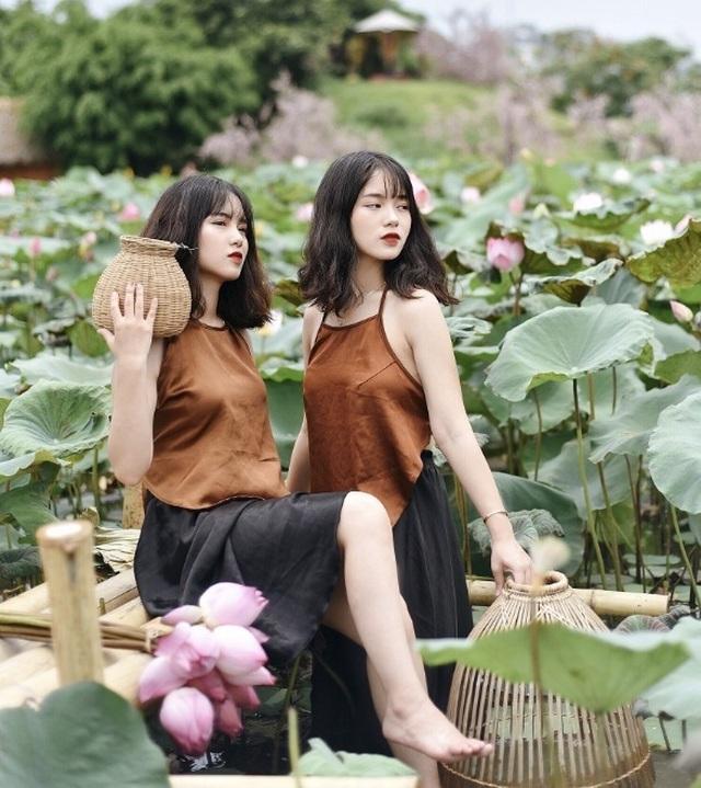 Cặp chị em sinh đôi ở Yên Bái quyến rũ trong bộ ảnh sen - 1