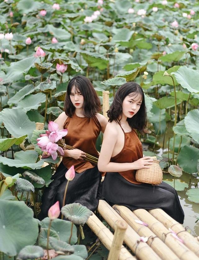 Cặp chị em sinh đôi ở Yên Bái quyến rũ trong bộ ảnh sen - 4
