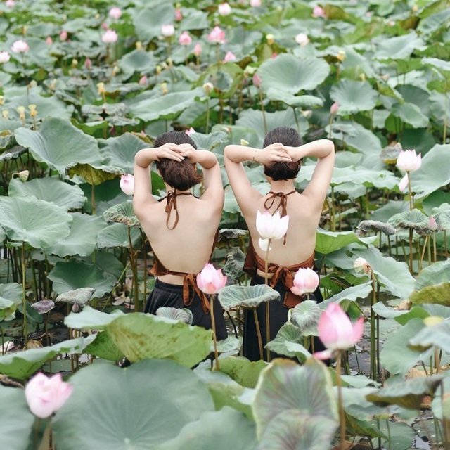 Cặp chị em sinh đôi ở Yên Bái quyến rũ trong bộ ảnh sen - 6