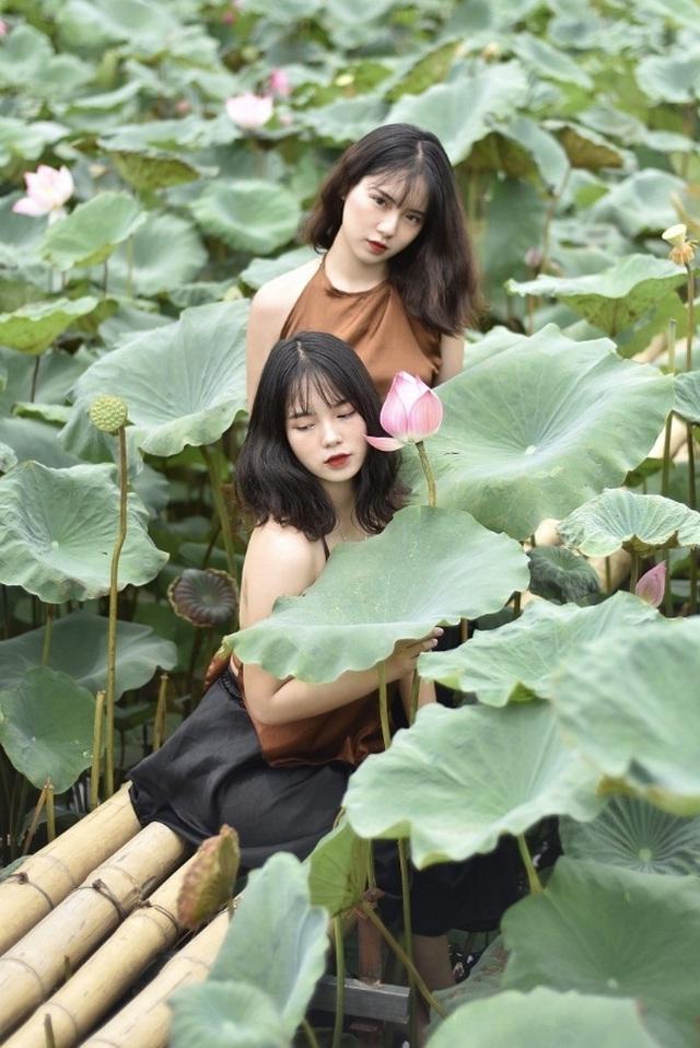 Cặp chị em sinh đôi ở Yên Bái quyến rũ trong bộ ảnh sen - 7