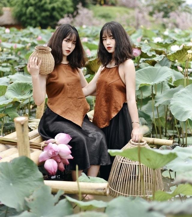 Cặp chị em sinh đôi ở Yên Bái quyến rũ trong bộ ảnh sen - 8