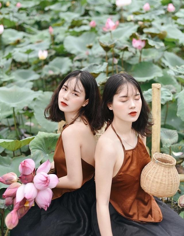 Cặp chị em sinh đôi ở Yên Bái quyến rũ trong bộ ảnh sen - 9