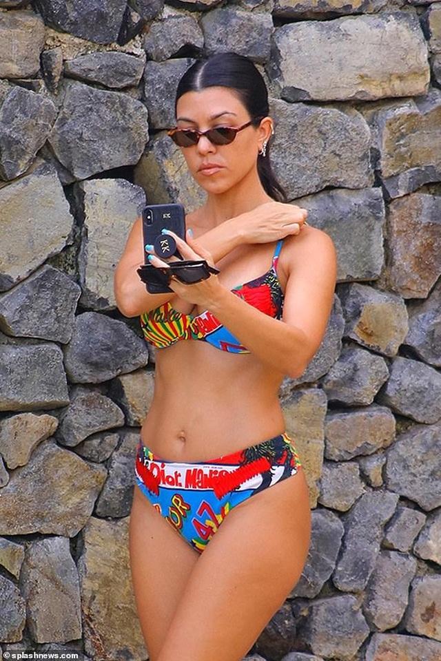 Kourtney Kardashian quyến rũ với áo tắm hai mảnh - 3
