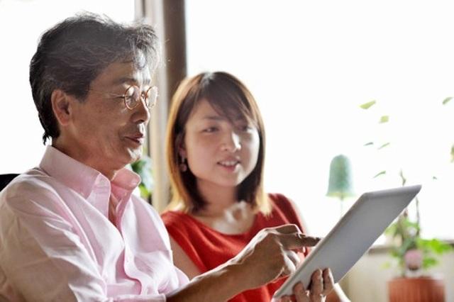 Khốn khổ vì bố đi ở rể tuổi 70, mẹ kế chỉ hơn con riêng 1 tuổi - 1