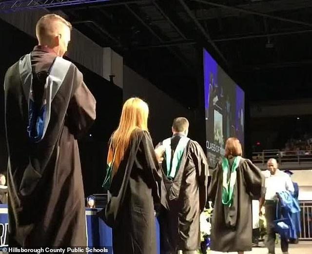 Xúc động hình ảnh người cha thay con trai quá cố nhận bằng tốt nghiệp - 1