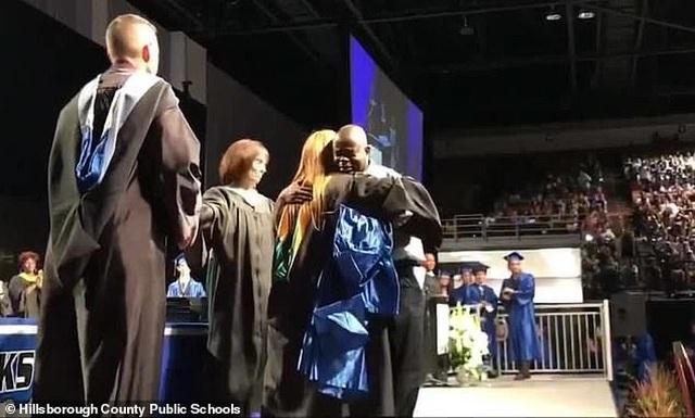 Xúc động hình ảnh người cha thay con trai quá cố nhận bằng tốt nghiệp - 2