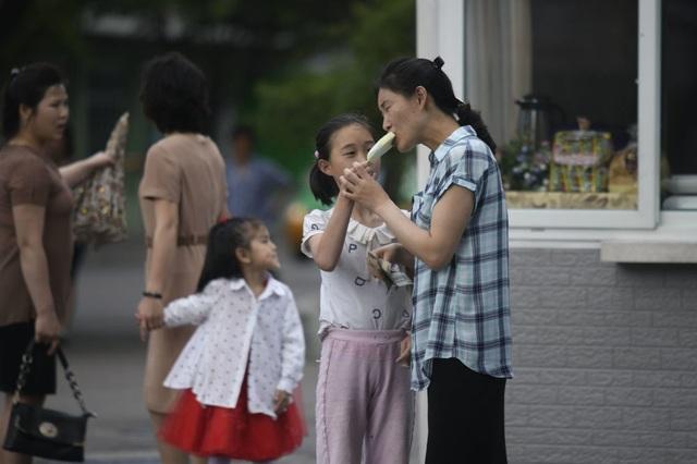 Người dân Triều Tiên giải nhiệt dưới cái nắng đổ lửa mùa hè thế nào? - 2
