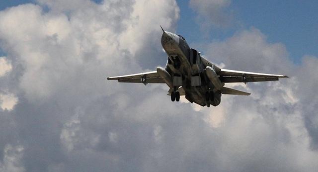 """""""Kiếm sĩ bầu trời"""" Su-24 lượn áp sát tàu sân bay NATO trên biển Baltic - 1"""