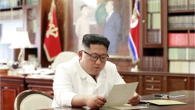 """Ông Kim Jong-un nhận được """"bức thư tuyệt vời"""" từ ông Trump - 1"""