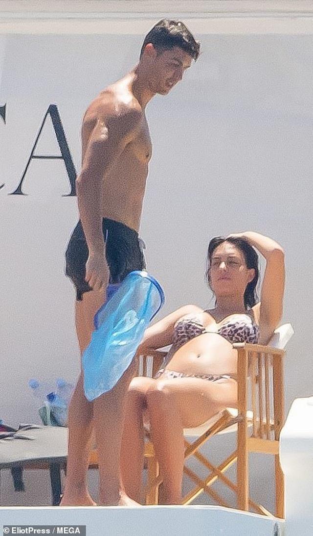 Bạn gái Ronaldo khoe dáng bốc lửa ở St Tropez - 2