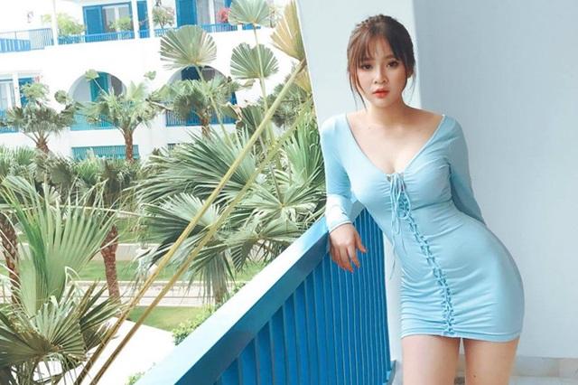 2 hot girl Đà Nẵng mặt xinh như búp bê, thân hình rực lửa - 3
