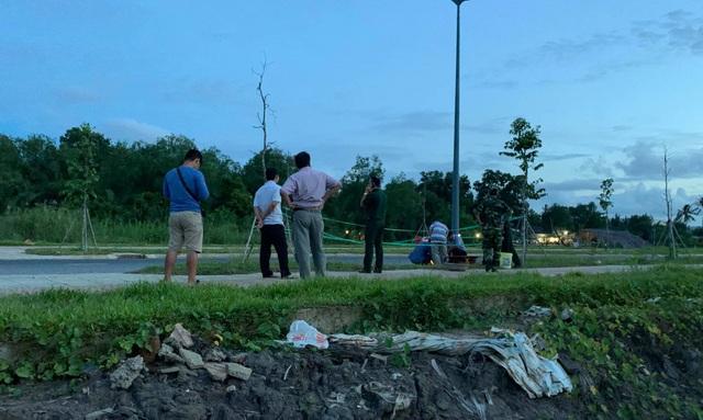 Vật lạ nghi là lựu đạn nằm lăn lóc ven đường ở dự án Khu Công nghệ cao - 4