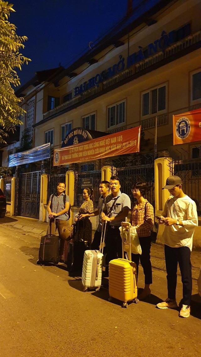 Giảng viên đại học rời Hà Nội từ 4h sáng lên đường làm nhiệm vụ thi - 2