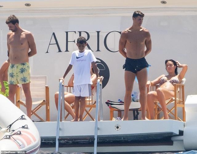 Bạn gái Ronaldo khoe dáng bốc lửa ở St Tropez - 1
