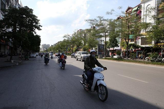 Bóng mát quý giá trên đường phố Hà Nội ngày nóng đỉnh điểm - 10