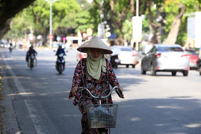 Bóng mát quý giá trên đường phố Hà Nội ngày nóng đỉnh điểm - 11