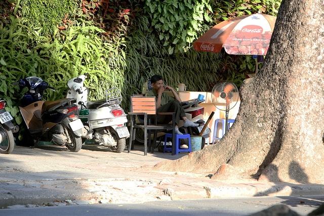 Bóng mát quý giá trên đường phố Hà Nội ngày nóng đỉnh điểm - 14