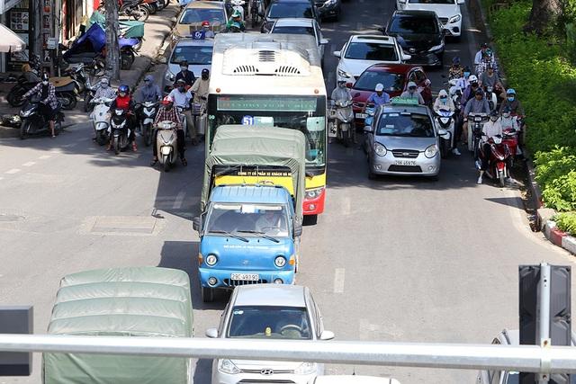 Bóng mát quý giá trên đường phố Hà Nội ngày nóng đỉnh điểm - 2