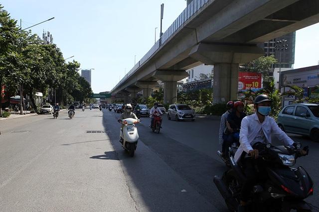 Bóng mát quý giá trên đường phố Hà Nội ngày nóng đỉnh điểm - 3