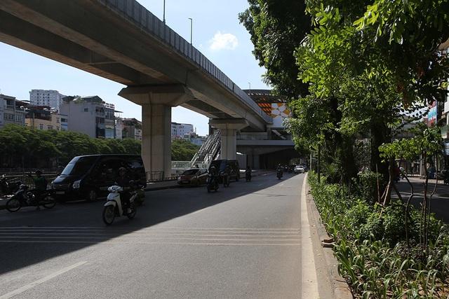 Bóng mát quý giá trên đường phố Hà Nội ngày nóng đỉnh điểm - 4