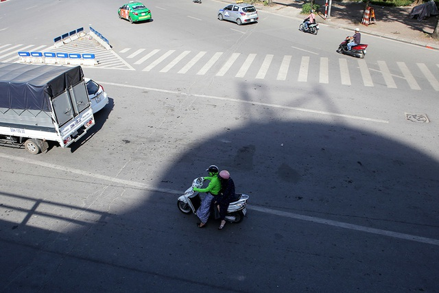Bóng mát quý giá trên đường phố Hà Nội ngày nóng đỉnh điểm - 5