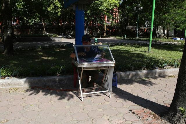 Bóng mát quý giá trên đường phố Hà Nội ngày nóng đỉnh điểm - 7