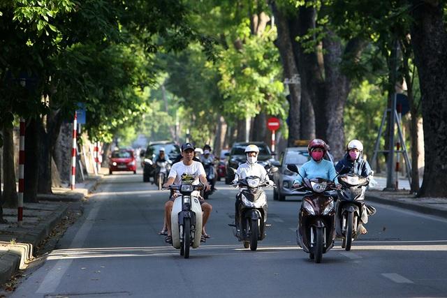 Bóng mát quý giá trên đường phố Hà Nội ngày nóng đỉnh điểm - 9