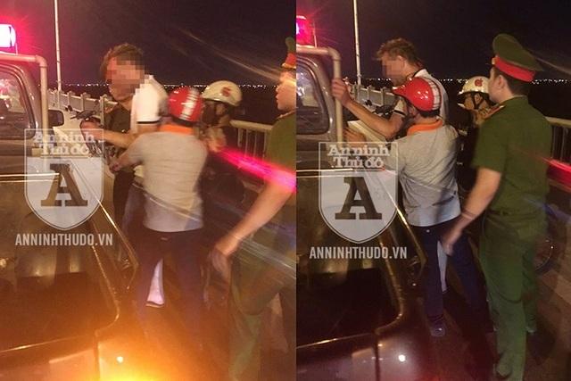 Cảnh sát 113 cùng người dân cứu một người Nga định nhảy cầu Vĩnh Tuy tự tử - 1