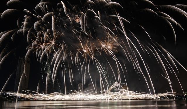 Pháo hoa Anh - Trung Quốc trẩy hội sắc màu trên sông Hàn - 6