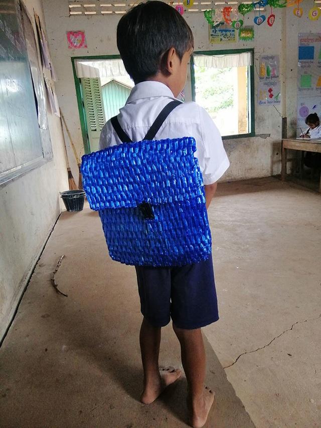 Không đủ tiền mua mới, cha tự tay đan cặp đi học cho con - 2
