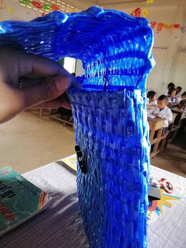 Không đủ tiền mua mới, cha tự tay đan cặp đi học cho con - 4