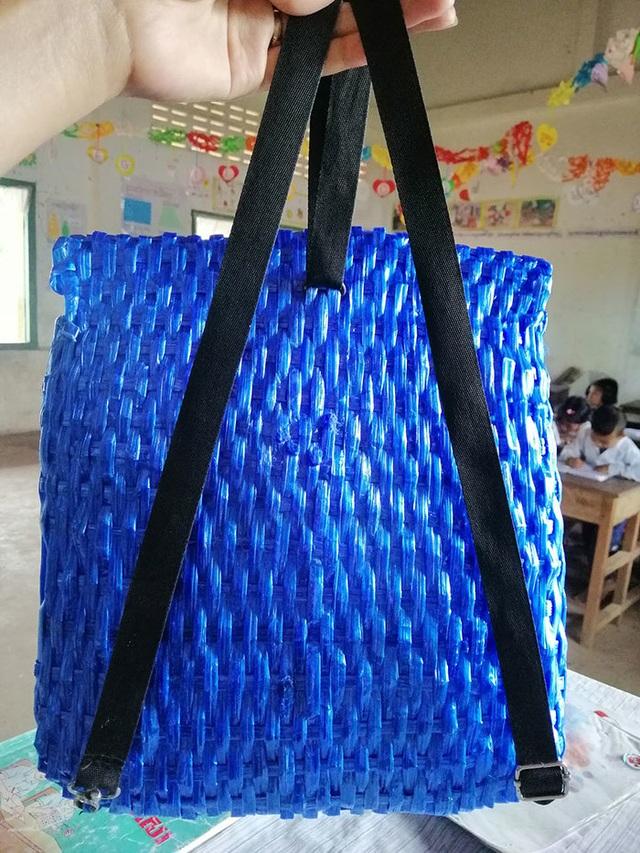 Không đủ tiền mua mới, cha tự tay đan cặp đi học cho con - 5