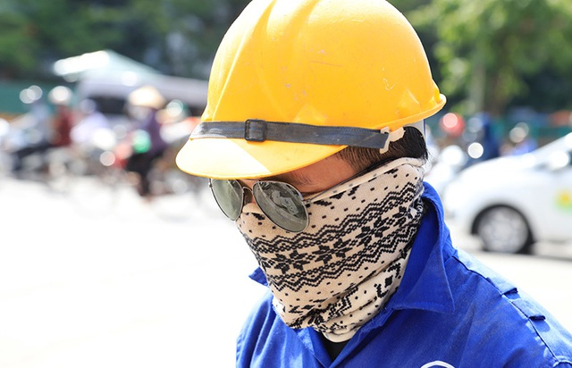 Công nhân căng mình làm việc dưới nắng đổ lửa ở Hà Nội - 10